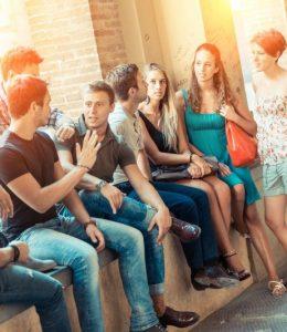 groupe d'étudiants sur un muret